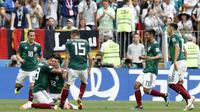 Para pemain Meksiko merayakan gol yang dicetak Hirving Lozano ke gawang Jerman pada laga Grup F Piala Dunia di Stadion Luzhniki, Moskow, Minggu (17/6/2018). Meksiko menang 1-0 atas Jerman. (AP/Antonio Calanni)