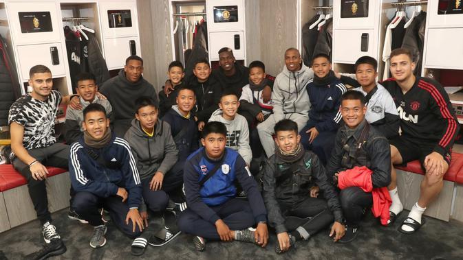 Manchester United menjamu 12 bocah Thailand yang sempat terjebak dalam gua (Twitter)
