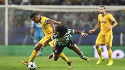 Striker Sporting CP, Gelson Martins, dijatuhkan bek Juventus, Alex Sandro, pada laga Liga Champions di Stadion Jose Alvalade, Lisbon, Selasa (31/10/2017). Kedua klub bermain imbang 1-1. (AFP/Patricia De Melo Moreira)