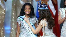 Miss World 2018 Vanessa Ponce menyematkan selempang kepada Miss Jamaika, Toni-Ann Singh seusai terpilih menjadi Miss World 2019 pada grand final di ExCeL, London, Sabtu (14/12/2019). Toni-Ann, 23, berhasil menyingkirkan 100 wanita tercantik dari berbagai negara. (Joel C Ryan/Invision/AP)