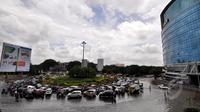 Hujan yang mengguyur Jakarta sejak Minggu (8/2) lalu, mengakibatkan tingginya genangan air di kawasan Kelapa Gading. Tampak antrian kendaraan yang terjebak banjir di kawasan tersebut, Jakarta, Selasa (10/2/2015). (Liputan6.com/Faizal Fanani)