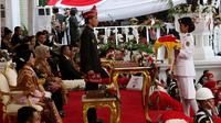 Anggota Paskibraka, Ruth Celine Eglesya Purba bersiap menyerahkan Bendera Merah Putih usai Upacara Penurunan Bendera HUT ke-72 Kemerdekaan RI di Istana Merdeka, Jakarta, Kamis (17/8). (Liputan6.com/Pool)