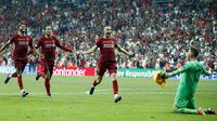 Para pemain Liverpool merayakan gelar juara Piala Super Eropa 2019 setelah mengalahkan Chelsea di Stadion Vodafone Park, Istanbul, Rabu (4/8). Liverpool mengalahkan Chelsea lewat adu penalti dengan skor 5-4. (AP/Lefteris Pitarakis)