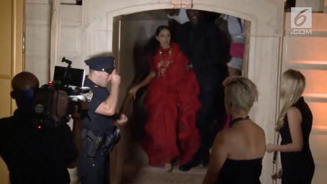 Insiden memalukan terjadi di ajang New York fashion Week. Dua penyanyi Hollywood Nicki Minaj dan Cardi B berkelahi di depan umum.
