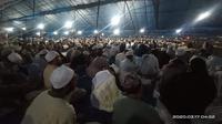 Kegiatan Ijtima Jamaah Tablig se-Asia batal digelar, namun ribuan jemaah dari berbagai daerah dan negara tetangga sudah terlanjur tiba di lokasi acara. (Liputan6.com/ Eka Hakim)
