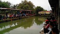 Buruh di Cirebon merayakan May Day dengan mengikuti lomba memancing ikan. (Liputan6.com/Panji Prayitno)