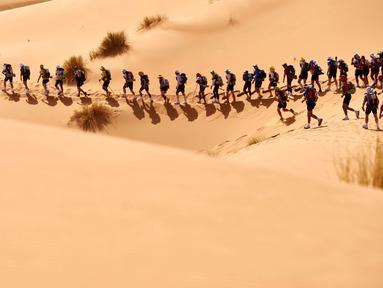 Para atlet berlomba dalam Marathon des Sables di Gurun Sahara, Maroko, (10/4/2016). (AFP/Jean-Philippe Ksiazek)