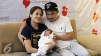 Ananda Omesh dan istri, Dian Ayu Lestari memberi keterangan pers dengan kelahiran anak kedua mereka. Dian Ayu Lestari melahirkan anak laki-laki yang diberi nama Btara Langit Anandayu, Sabtu (13/5/2017). (Herman Zakharia/Liputan6.com)