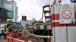 Tanda dilarang merokok terlihat di sekitar lokasi kebocoran pipa gas bumi, di depan Kantor BNN, Cawang, Jakarta, Selasa (13/3). Pascabocornya pipa gas bumi, aktivitas proyek LRT sementara dihentikan sementara. (Merdeka.com/Iqbal S. Nugroho)