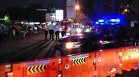 Tim Gugus Tugas Covid-19 Kota Bandung bergerak menertibkan dan menutup Jalan Dipati Ukur, Kamis (3/12/2020) malam. (Liputan6.com/Huyogo Simbolon)