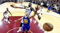 Pemain Cavaliers, LeBron James #23 menghalau tembakan pemain Warriors, Stephen Curry #30 pada game ke-6 Final NBA di Quicken Loans Arena, Jumat (17/6/2016) WIB. (Mandatory Credit: Bob Donnan-USA TODAY Sports)