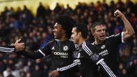 Winger Chelsea, Willian (kiri) usai cetak gol ke gawang Crystal Palace (Reuters/Liputan6.com)