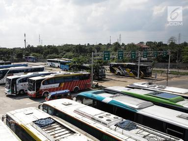 Sejumlah bus Antar Kota Antar Provinsi (AKAP) terparkir di Terminal Pulo Gebang, Jakarta, Kamis (8/6). Pemprov DKI Jakarta menyiapkan terminal Pulo Gebang sebagai pusat pemberangkatan mudik Lebaran 2017. (Liputan6.com/Faizal Fanani)