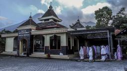 Umat muslim melaksanakan salat Idul Adha di sebuah masjid di Yogyakarta, Selasa (20/7/2021). Umat muslim Indonesia melewati Hari Raya Idul Adha tahun ini di tengah gelombang virus corona COVID-19. (AP Photo/Slamet Riyadi)