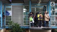 Pengguna moda transportasi Transjakarta menanti kedatangan bus dengan tetap menjaga jarak aman di Halte Monas, Jakarta, Rabu (18/3/2020). Warga kini lebih waspada dalam menanggapi penyebaran virus corona COVID-19 seiring bertambahnya kasus tersebut di Tanah Air. (Liputan6.com/Helmi Fithriansyah)