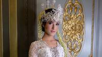 Tasya Farasya tampak cantik dengan dandanan ala pengantin khas Sunda, disebutnya mirip dengan Raisa. (Instagram/@renzilazuardi)
