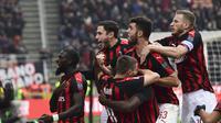 Pemain AC Milan rayakan gol yang dicetak Frank Kessie yang pastikan kemenangan  kontra Parma dalam laga lanjutan giornata ke-14 Serie A yang berlangsung di stadion San Siro, Milan, Minggu (2/12). AC Milan menang 2-1. (AFP/Miguel Medina)