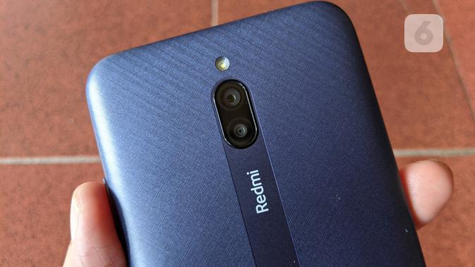Tampak belakang Redmi 8A Pro dengan dua kamera. (Liputan6.com/ Yuslianson)
