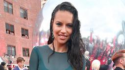 Model Adriana Lima memeriahkan acara MTV Video Music Awards 2019 di Prudential Center, Newark, New Jersey, Senin (26/8/2019). Adriana Lima mengenakan baju renang yang dikamuflase dengan pakaian berbahan lace warna hijau emerald. (Dia Dipasupil/Getty Images for MTV/AFP)