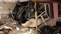 Pengemudi Ford Mustang Berumur 16 Tahun Tabrak Rumah (carscoops)