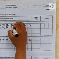 Petugas KPPS menghitung jumlah suara Pilpres 2019 di TPS 02 Selong, Kebayoran Baru, Jakarta Selatan, Rabu (17/4). TPS 02 Selong merupakan lokasi cawapres nomor urut 02 Sandiaga Uno menggunakan hak suaranya.(Www.sulawesita.com)