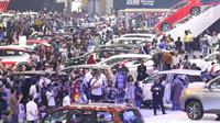 Pengunjung melihat mobil-mobil yang dipamerkan pada Gaikindo Indonesia International Auto Show (GIIAS) 2019 di ICE BSD, Tangerang, Sabtu (20/7/2019). Akhir pekan dimanfaatkan warga untuk mengunjungi pameran otomotif GIIAS terlihat dari padatnya pengunjung di setiap stan. (Liputan6.com/Angga Yuniar)