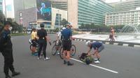 Pesepada ditabrak mobil di kawasan Bundaran HI, Jakarta pada Jumat (12/3) pagi. Pesepeda tersebut diduga menjadi korban tabrak lari. (Dok: TMC Polda Metro Jaya)