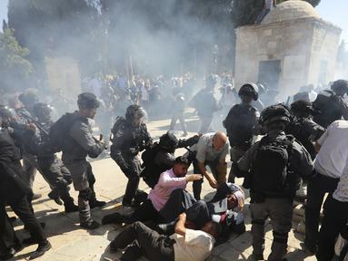 Polisi Israel saat bentrok dengan jemaah muslim Palestina di kompleks masjid al-Aqsa di Yerusalem (11/8/2019). Bentrokan terjadi usai salat Idul Adha Adha. (AP Photo/Illean Mahmoud)