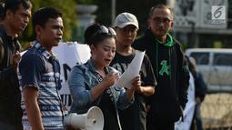 Massa aksi keluarga korban pesawat Lion Air JT610 yang jatuh diperairan Karawang, Jawa Barat melakukan aksi damai di depan Istana Negara, Jakarta, Kamis, (13/12). Hingga kini masih 64 orang korban yang belum ditemukan. (Merdeka.com/Imam Buhori)