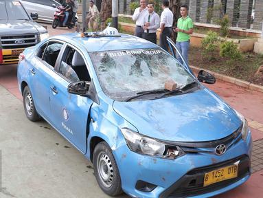 Mobil taksi yang hancur akibat dirusak oleh ojek online di Jakarta, Selasa (22/3).  Akibat aksi saling serang antara taksi dan ojek online berimbas pada kerusuhan yang terjadi di beberapa titik di Jakarta. (Liputan6.com/Angga Yuniar)
