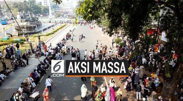 Massa mulai berkumpul di sekitar jalan Medan Merdeka Barat. Aksi massa hari ini tidak mendapatkan izin dari Polres Metro Jakata Pusat.