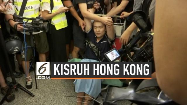 Seorang pria yang diduga mata-mata China jadi bulan-bulanan demonstran di bandara Hong Kong. Demonstran menduga ia adalah penyusup yang dikirim pemerintah China.