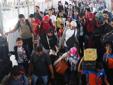 Penumpang usai turun dari kereta api jurusan Jawa Tengah tiba di Stasiun Senen, Jakarta, Rabu (28/6). Arus balik Lebaran sudah mulai terjadi di Stasiun Pasar Senen. (Liputan6.com/Angga Yuniar)
