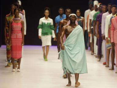 Sejumlah model berjalan di catwalk mengenakan busana rancangan Emmy Kasbit selama Heineken Fashion and Design Week di Lagos, Nigeria (26/10/2019). Lagos Fashion Week (LFWNG) adalah acara mode multi-hari tahunan yang didirikan pada 2011 oleh Omoyemi Akerele. (AP Photo/Sunday Alamba)