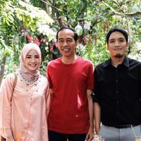 Begini jadinya jika Desta dan Natasha Rizki foto bareng dengan Presiden Jokowi. Presiden Jokowi terlihat tampil santi dengan mengenakan kaus warna merah. (Foto: instagram.com/natasharizkynew)