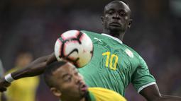 Penyerang Senegal, Sadio Mane berebut bola dengan pemain Brasil Gabriel Jesus pada pertandingan persahabatan di Stadion Nasional di Singapura (10/10/2019). Brasil bermain imbang dengan Senegal 1-1. (AFP Photo/Roslan Rahman)