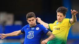 Gelandang Chelsea, Christian Pulisic berebut bola dengan pemain Norwich City, Timm Klose pada pertandingan lanjutan Liga Inggris di Stamford Bridge, London, Inggris (14/7/2020). Chelsea menang tipis 1-0 atas Norwich. (AP Photo/Adam Davy,Pool)