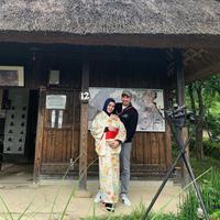 Kartika Putri pakai kimono rayakan babymoon bersama Habib Usman bin Yahya di Jepang (Dok.Instagram/@kartikaputriworld/https://www.instagram.com/p/B0NPql-nlY5/Komarudin)