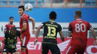 Pemain PSM Makassar, Sutanto Tan (kedua dari kiri) mengontrol bola di udara dibayangi sejumlah pemain Barito Putera dalam laga pekan ke-5 BRI Liga 1 2021/2022 di Stadion Wibawa Mukti, Cikarang, Senin (27/9/2021). (Bola.com/Ikhwan Yanuar)