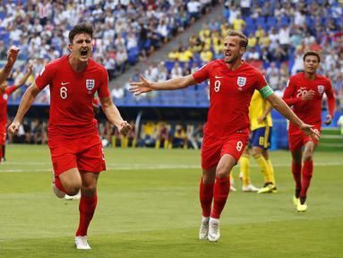 Bek Inggris, Harry Maguire, merayakan gol yang dicetaknya ke gawang Swedia pada laga perempat final Piala Dunia di Samara Arena, Samara, Sabtu (7/7/2018). Inggris menang 2-0 atas Swedia. (AP/Francisco Seco)