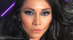 Meski sering unggah foto wajah polos tanpa riasan, Anggun sering tampil mengisi acara dengan gaya makeup bold. Khususnya pada area matanya. Seperti saat ia menggunakan makeup mata berwarna kebiruan ini. (Liputan6.com/IG/@anggun_cipta)