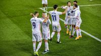 Para pemain Real Madrid merayakan gol yang dicetak oleh Karim Benzema ke gawang Alaves pada laga Liga Spanyol di Stadion Mendizorroza, Sabtu (23/1/2021). Real Madrid menang dengan skor 4-1. (AP/Alvaro Barrientos)