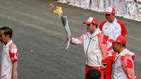 Ketua Inasgoc Erick Thohir Menpora Imam Nahrawi dan Presiden Joko Widodo saat acara api obor Asian Games 2018 sebelum upacara penurunan Bendera Merah Putih di Istana Negara Jakarta, Jumat (17/8). (Liputan6.com/Pool/Eko)