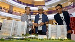 Dirut PT Adhi Commuter Properti (ACP), Amrozi Hamidi, Komisaris Utama PT. ACP Pundjung Setia Brata dan Manager Pemasaran PT ACP,Djoko Santoso berbincang saat melihat maket plan pada pameran properti LRT City Expo di Jakarta, Sabtu (21/7). (Liputan6.com)