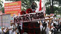 Pedagang pulsa menyampaikan tuntutannya saat menggelar aksi di depan Kantor Kemenkominfo, Jakarta, Senin (2/4). Mereka menolak Peraturan Menteri Kominfo Nomor 21 Tahun 2017 Tentang Pembatasan Jumlah Penggunaan Kartu Operator. (Liputan6.com/Arya Manggala)