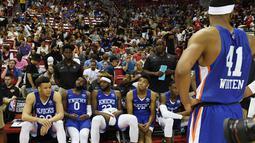 Pemain New York Knicks duduk setelah gempa bumi mengguncang Thomas & Mack Center selama pertandingan melawan New Orleans Pelicans pada NBA Summer League 2019 di Las Vegas, Nevada (5/7/2019). Laga Pelicans melawan Knicks telah mencapai kuarter keempat ketika gempa terjadi. (AFP Photo/Ethan Miller)