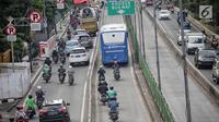 Sejumlah sepeda motor melintas di jalur Transjakarta di Jalan Galunggung, Jakarta, Kamis (7/2). Pelanggaran lalu lintas tersebut disebabkan kurangnya disiplin dan kepatuhan hukum dari pengguna jalan. (Liputan6.com/Faizal Fanani)