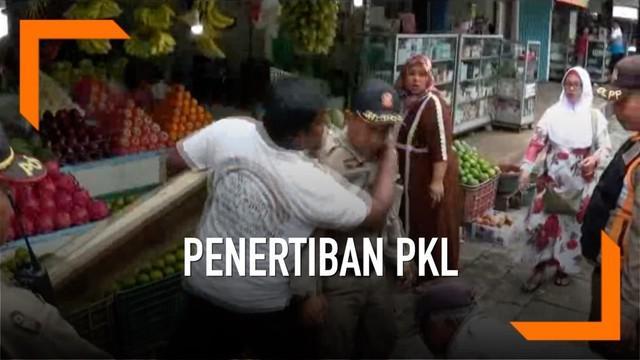 Seorang pedagang nekat piting petugas Satpol PP saat dilakukan sterilisasi pedestrian dari PKL.