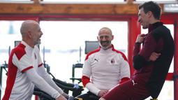 Striker baru AC Milan, Mario Mandzukic, berbincang dengan pelatih Stefano Pioli di Pusat Latihan AC Milan, Selasa (19/1/2021). Kehadiran Striker veteran asal Kroasia ini akan menambah ketajaman lini depan AC Milan. (Spada/LaPresse via AP)