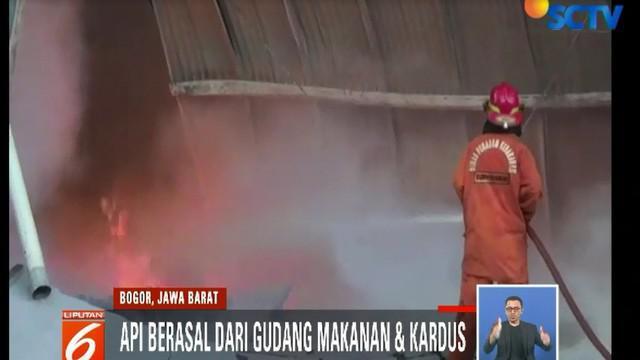 Api dengan mudah menjalar pada bangunan seluas 1.000 meter ini karena material dan isi gudang yang mudah terbakar.
